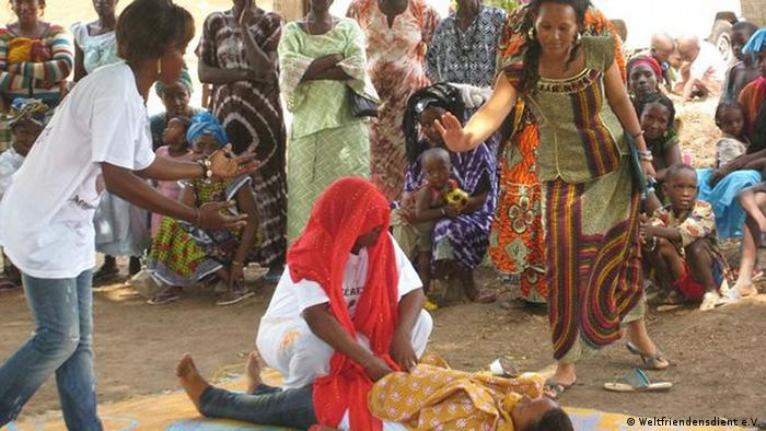 Ein Theaterstück in einem Dorf in Guinea-Bissau.