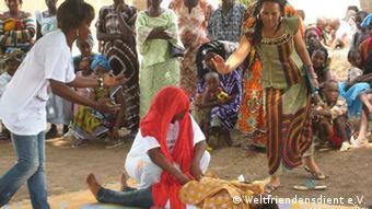 Sensibilisierung für Genitalverstümmelung im Dorf mit einem Theaterstück