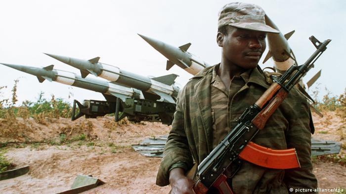 Soldado angolano frente a mísseis terra-ar soviéticos em Cuito Cuanavale