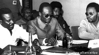 Holdon Norberto (1975), fundador da FNLA, partido do qual saíaram muitos membros para a Nova Democracia