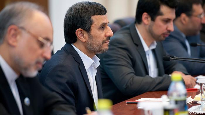محمود احمدینژاد در سفر قبلی خود به چین توافقنامهای را با این کشور امضا کرد که بر مبنای آن قرار است حجم مبادلات تجاری دو کشور در طی ده سال به ۲۰۰ میلیارد دلار برسد