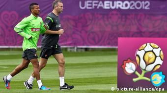 epa03251158 Portuguese national soccer team player Nani (L) runs with physiotherapist Antonio Gaspar (R) due to physical problems during today's training session in Opalenica training centre, near Poznan, Poland, 06 June 2012. Portuguese team is preparing for the UEFA EURO 2012 soccer championship which will take place from 08 June to 01 July 2012 in Poland and Ukraine. EPA/MARIO CRUZ +++(c) dpa - Bildfunk+++