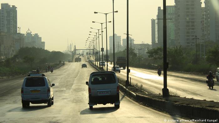 In der indischen Stadt Mumbai ist der öffentliche Nahverkehr zwar vergleichsweise gut ausgebaut, aber ein enormer Auto-, Bus- und Rikschaverkehr trägt zu hoher Luftverschmutzung bei. Hinzu kommt eine ausgeprägte Industrie. Diese sorgt zusammen mit der hohen Einwohnerzahl neben Smog auch für schädliche Abwasser und große Mengen von Müll.