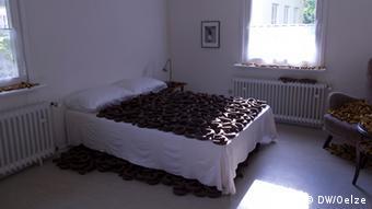 Bett, auf dem Tonwürste leigen, Foto: DW/Sabine Oelze.
