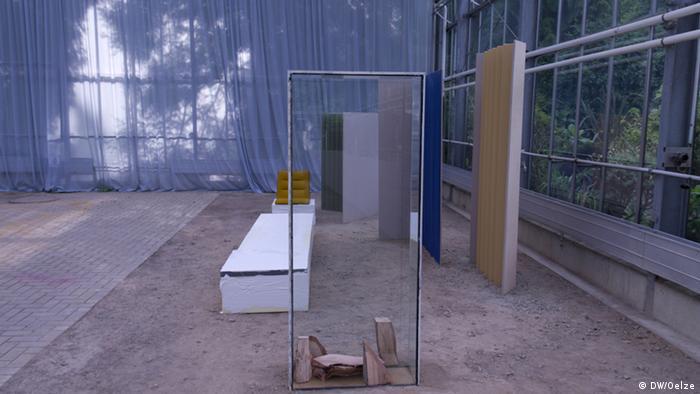 Blick in eine Kunstinstallation mit Raumteilern Foto: DW/Sabine Oelze.