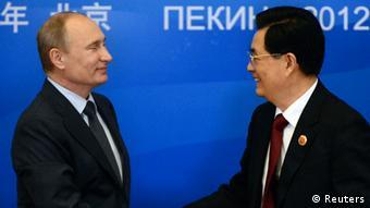 هو جینتائو، رئیسجمهور چین (راست)، و ولادیمیر پوتین، همتای روس او، در پکن نسبت به حمله نظامی علیه ایران هشدار دادند