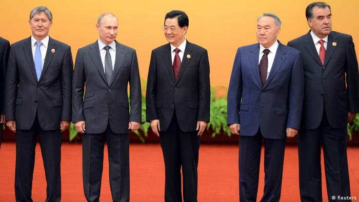 Chinese President Hu Jintao (C) poses with Kyrgyzstan President Almazbek Sharshenovich Atambayev (L), Russian President Vladimir Putin (2L), Kazakhstan's President Nursultan Nazarbayev (2R) and Tajikistan's President Emomali Rakhmon (R) at the Shanghai Cooperation Organization (SCO) summit in the Great Hall of the People in Beijing June 7, 2012. REUTERS/ Mark Ralston/Pool (CHINA - Tags: POLITICS)
