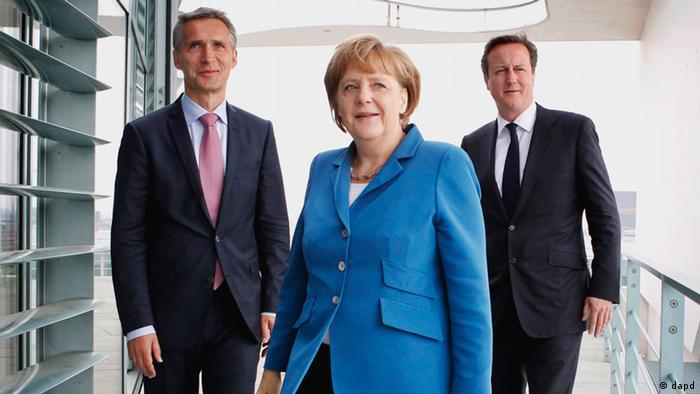 German Chancellor Angela Merkel with British Prime Minister David Cameron, right, and Norwegian Prime Minister Jens Stoltenberg, left, on the roof terrace of the Kanzleramt in Berlin Thursday June 7, 2012. Merkel is calling for countries to give up more powers to Europe step by step as the continent tries to claw its way out of the debt crisis and says a political union is needed as leaders prepare for a closely watched summit later this month. (Foto:Hakon Mosvold Larsen/NTB scanpix, Pool/AP/dapd)