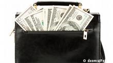 Geld in schwarzer Tasche