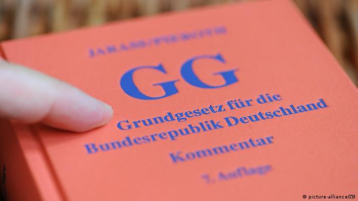 Eine von Hans D. Jarass und Bodo Pieroth kommentierte Ausgabe des Grundgesetzes der Bundesrepublik Deutschland liegt am Dienstag (22.05.2012) auf einem Tisch in Berlin. Foto: Jens Kalaene dpa/lbn