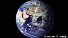 ARCHIV - Die NASA-Aufnahme von 2006 zeigt die östliche Hemispähre der Erdkugel. (Aufnahme vom Juni 2006). Vom 28.11.2011- 09.12.2011 findet der UN-Klimagipfel im südafrikanischen Durban statt. Foto: NASA/Goddard Space Flight Center (zu dpa-Themenpaket Kilmagipfel in Durban vom 24.11.2011) +++(c) dpa - Bildfunk+++ pixel