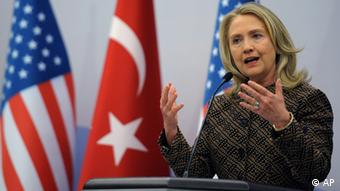 US Secretary of State Hillary Rodham Clinton speaks at news conference during the ministerial meeting of the Global Counterterrorism Forum in Istanbul, Turkey, Thursday, June 7, 2012. Clinton on Thursday condemned the Syrian government for new reports of simply unconscionable violence, accusing President Bashar Assad of intensifying a crackdown of a national uprising that has already killed thousands. (Foto:AP/dapd)