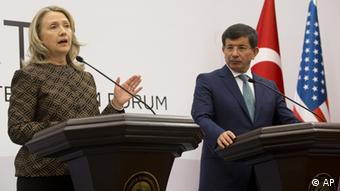 Turkish Foreign Minister Ahmet Davutoglu and US Secretary of State Hillary Rodham Clinton attend a joint press conference during the Global Counterterrorism Forum in Istanbul Turkey on Thursday June 7, 2012. (Foto:Aaul Loeb, pool/AP/dapd)