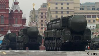 Russian Topol-M strategic ballistic missiles carriers roll down the Red Square, in Moscow, Russia, Wednesday, May 9, 2012, during the Victory Day Parade, which commemorates the 1945 defeat of Nazi Germany. (Foto:Ivan Sekretarev/AP/dapd)