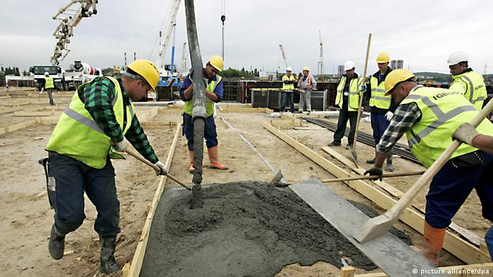Polish workers lay the concrete for the new Stadium, Baltic Arena of Gdansk, for the UEFA EURO 2012 in Gdansk, Poland, 16 June 2009. The Baltic Arena will have the capacity to host 47,000 spectators and would hold three group matches during the UEFA EURO 2012 EPA/Adam Warzawa POLAND OUT +++(c) dpa - Report+++