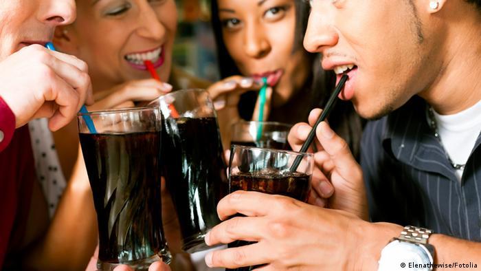 ما الذي يحدث في جسمك بعد تناول المياه الغازية؟