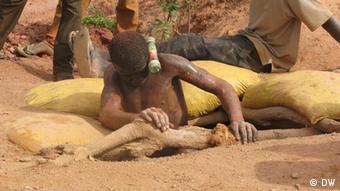 Chercheurs d'or dans une mine du Burkina Faso