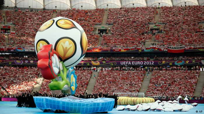Artists perform during the opening ceremony of the Euro 2012 soccer championship in Warsaw, Poland, Friday, June 8, 2012. (Foto:Matt Dunham/AP/dapd)