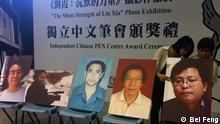 """Preisverleihung der """"Chinese PEN"""" diesen Jahres in Hongkong.  Preisverleihung in der """"City University of Hongkong"""", und die Ausstellung von Liu Xia, die Frau von Liu Xiaobo. Personen im Bild: Preisträger des Jahres 2011 Yang Xianhui, Ai Xiaoming, Hada, Qin Yongmin, Chen Wei.  Photograf: Bei Feng Alle drei Bilder sind vom Photografen zur uneingeschränkten Benutzung durch DW berechtigt."""