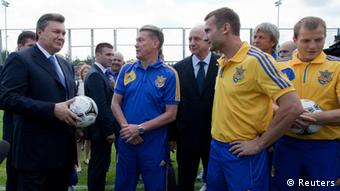 Yanukovich speaking with Ukrainian coach and players