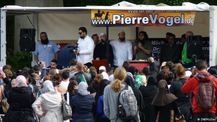 Men on stage at a Salafist rally in Germany (Foto: Marco Müller/DW)