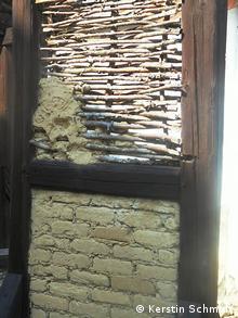 Weiden-Lehmgeflecht und gebrannte Ziegel zwischen Holzbalken