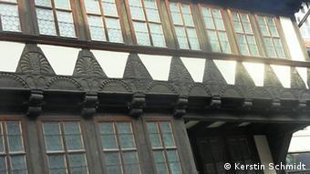 Geschnitzte Verzierungen an einem Fachwerkhaus