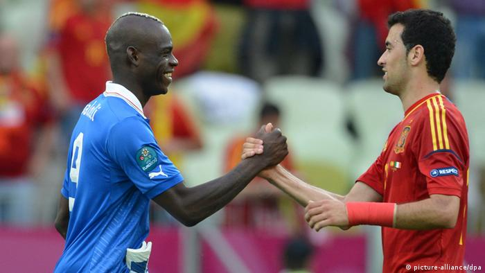 Spain's Sergio Busquets (R) and Italy's Mario Balotelli shake hands after the two countries played each other in Group C earlier in Euro 2012