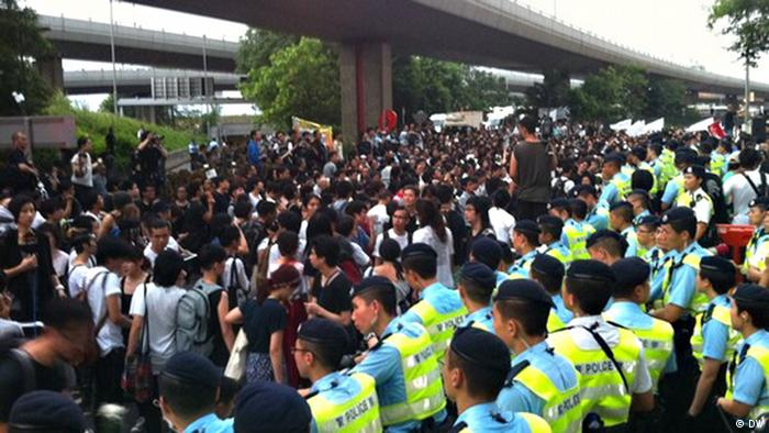 """Anbei sind drei Bilder zum Thema """"Massenproteste in Hongkong am 10.Juni"""".  Wo: Hongkong Wann: 10.Juni Was: Rund 25000 Hongkongnesen gingen am 10.Juni auf die Straße und verlangten eine klare Untersuchung für den Todesfall des chinesischen Dissidenten Li Wangyang. Copyright by DW-chinesisch"""