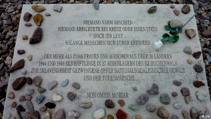 Gedenktafel für ermordete Frauen und Mädchen mit eingelassen Steinen. Copyright: DW/Cornelia Rabitz 07.06.2012