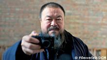 Film Ai Weiwei - Never Sorry, der diese Woche (KW 24) in den Kinos anläuft: Ai Weiwei ist auch ein leidenschaftlicher Fotograf und fotografiert u.a. Leute, die ihn fotografieren; Copyright: Filmverleih DCM***Das Bild darf nur im Rahmen einer Filmbesprechung benutzt werden
