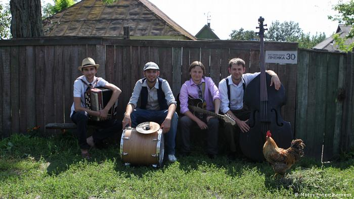 ukrainische Band Los Colorados Die Bilder sind im August 2011 während der Dreharbeiten zum Song-Video I like to move it in der Region Ternopil in der Ukraine entstanden. Copyright: Motor Entertainment. Die schriftliche Einwilligung zur Verwendung der Bilder auf dw.de im Zusammenhang mit Berichterstattung über Los Colorados liegt vor.