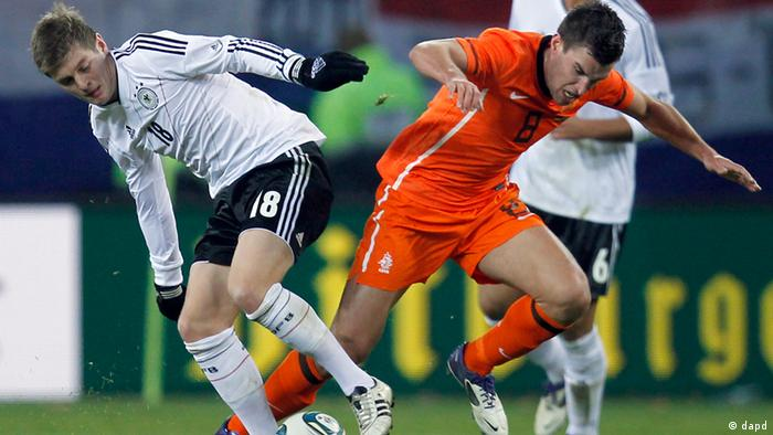 Germany's Toni Kroos, left, and Dutch player Kevin Strootman, right, challenge for the ball during a friendly soccer match between Germany and the Netherlands in Hamburg, Germany, Tuesday, Nov. 15, 2011. (Foto:Michael Sohn/AP/dapd)