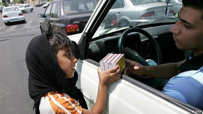 Ребенок продает водителю спички