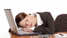 Frau Schlaf Büro Computer Laptop Müdigkeit