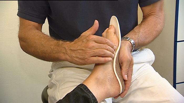 1a1cc778b مسمار القدم هو نتوء عظمي في عظم العقب، ويمكن تخيله كعظمة صغيرة تشكل عبئا  على القدم. وتعرف هذه المشكلة بين العامة باسم