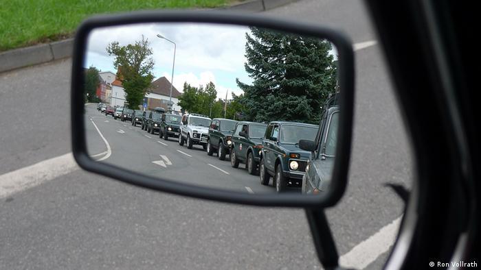 Отражение автомобилей Лада 4х4 в зеркале заднего вида