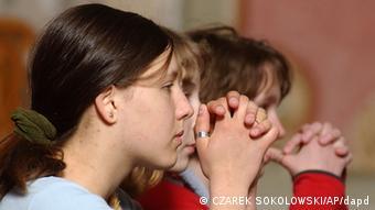 Betende Mädchen (AP Photo/Czarek Sokolowski)