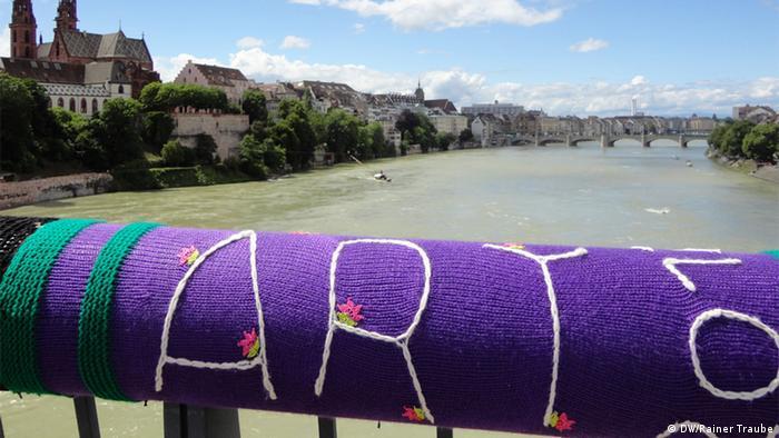 A bridge railing coated in wool, Copyright: DW / N. Muller