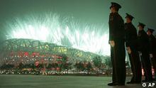 Polizisten stehen vor dem Olympiastadion während der Eröffnungsfeier in Peking