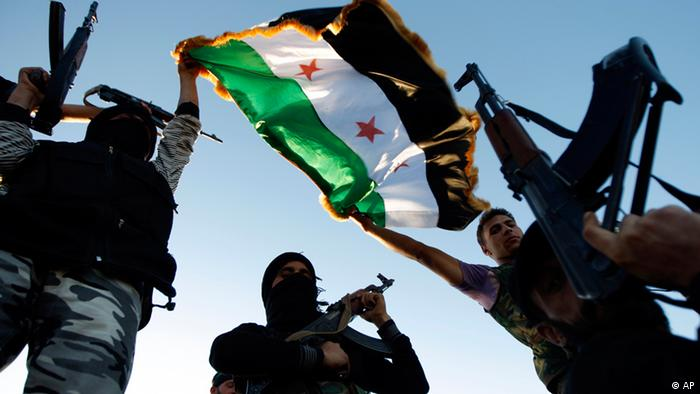 Free Syrian Army members raise their weapons and a revolutionary flag during a training session on the outskirts of Idlib, Syria, Thursday, June 7, 2012. (Foto:AP/dapd)
