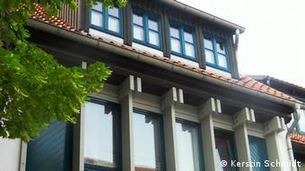 Modernes Fachwerkhaus mit großen Glasfenstern.