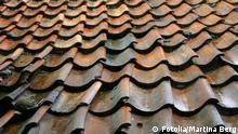 Schiefe Ziegel auf einem Hausdach