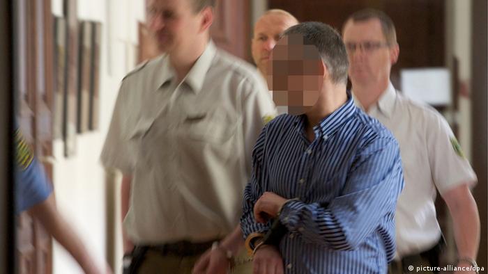 Der Angeklagte und Gründer des illegalen Filmportals Kino.to, Dirk B., wird am Donnerstag (14.06.2012) in den Gerichtssaal im Landgericht Leipzig geführt. Im Prozess gegen den Gründer wird am Donnerstag (14.06.2012) voraussichtlich das Urteil gefällt. Der 39-jährige Angeklagte hat sich auf einen sogenannten Deal eingelassen. Foto: Peter Endig dpa/lsn (zu lsn 0181 vom 14.06.2012) +++(c) dpa - Bildfunk+++