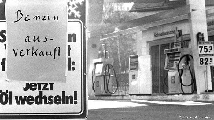 Ein Schild mit der Aufschrift Benzin ausverkauft hängt am 18.10.1973 an einer Tankstelle in Stuttgart. - Foto: Lutz Rauschnick (c) dpa - Bildfunk