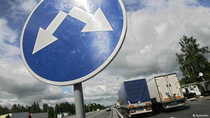 Указатель на границе России и Беларуси, показывающий дороги в разные стороны