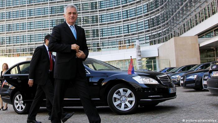 epa03264310 Serbian President Tomislav Nikolic arrives in Front of the EU Commission headquarters in Brussels, Belgium, 14 June 2012. Later in the day Nikolic will meet with President of the European Council Herman Van rompuy and President of the European Commission Jose Manuel Barroso. EPA/OLIVIER HOSLET +++(c) dpa - Bildfunk+++