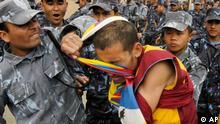 برخورد پلیس با یک راهب معترض تبتی در جریان بازیهای المپیک ۲۰۰۸ در چین