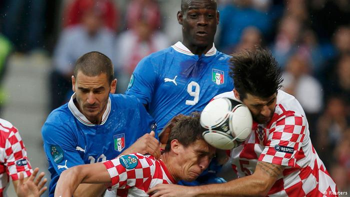 Croatia's Gordon Schildenfeld (2nd L) and Vedran Corluka (R) and Italy's Leonardo Bonucci (L) fight for the ball in front of Italy's Mario Balotelli during their Group C Euro 2012 soccer match at the ctiy stadium in Poznan June 14, 2012. REUTERS/Sergio Perez (POLAND - Tags: SPORT SOCCER)