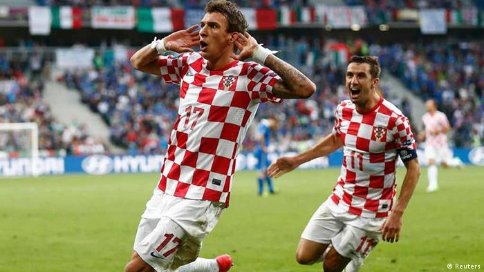 Croatia's Mario Mandzukic (L) celebrates with Darijo Srna after scoring a goal against Italy during their Group C Euro 2012 soccer match at the city stadium in Poznan June 14, 2012.